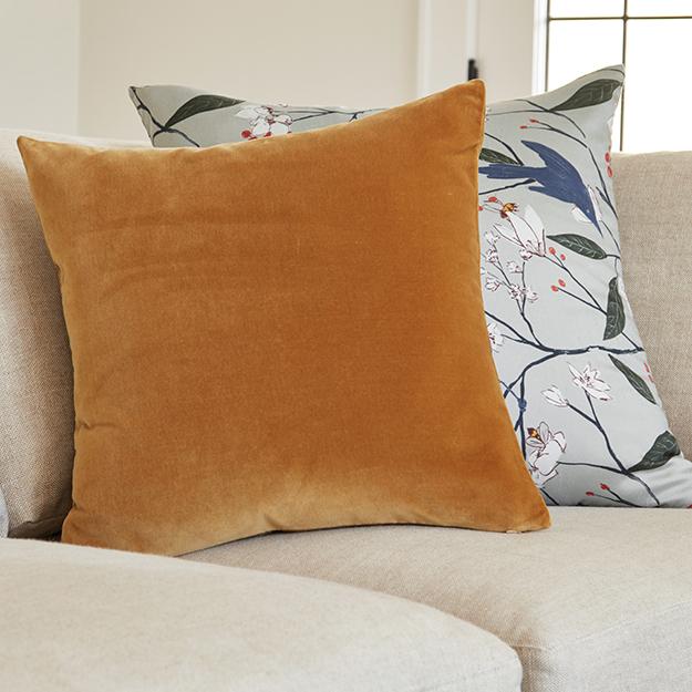 Q12020 livingroom new lp default nav pillows